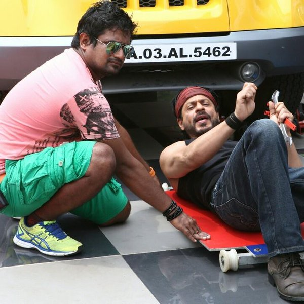 شاهرخ خان سر صحنه فیلمبرداری دلواله