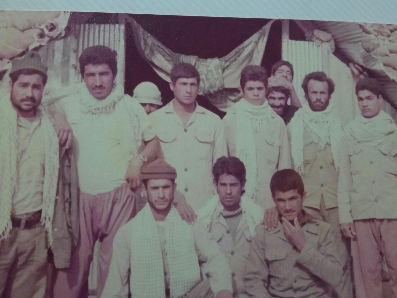عکس دست جمعی از اهالی روستا بمرود در جبهه