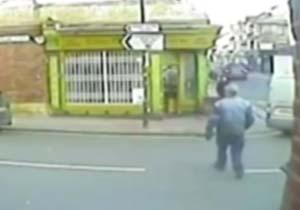 لحظه پرتاب دلخراش یک مرد پس از تصادف با خودرو + فیلم