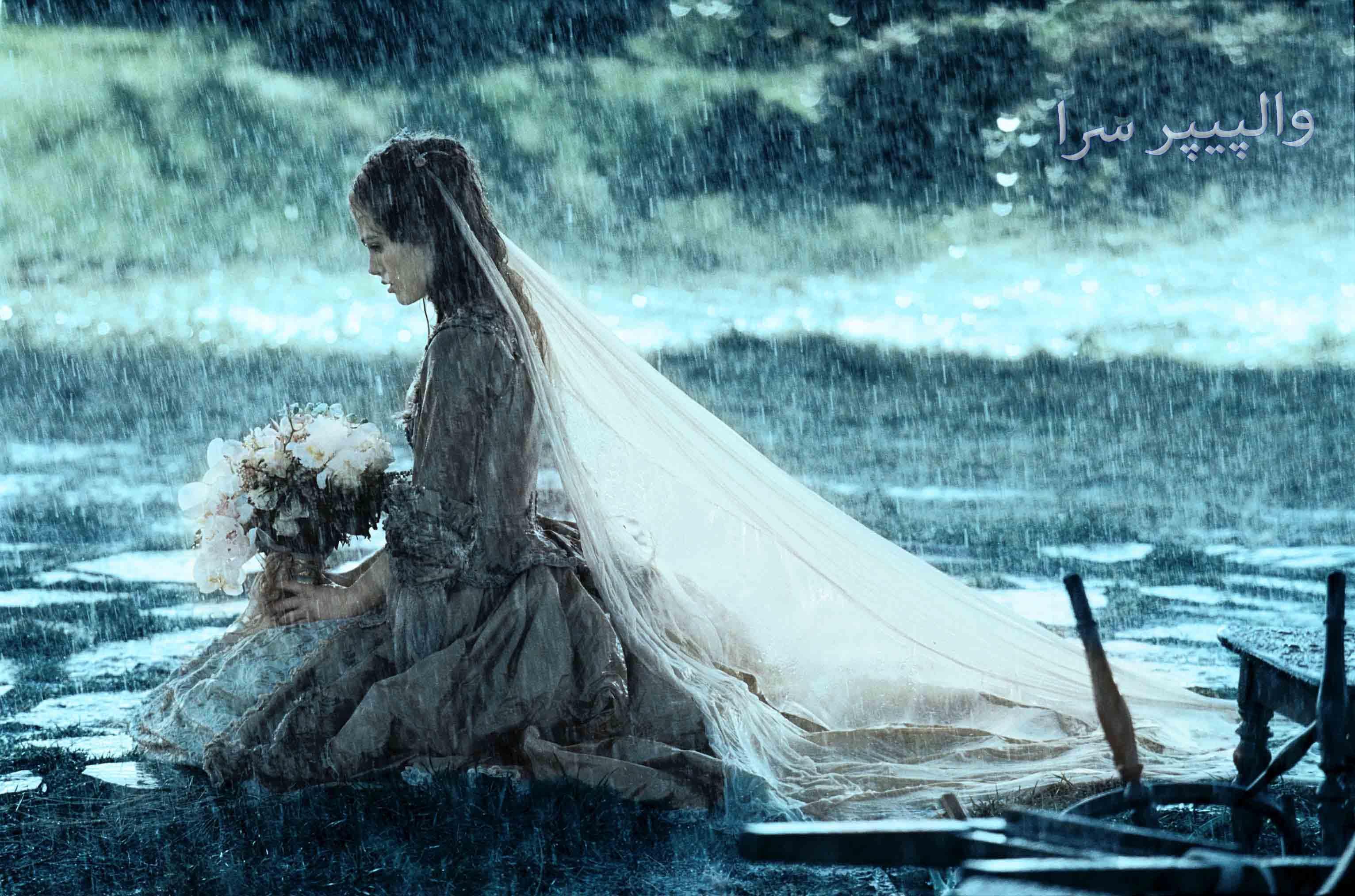 عکس دختری غمگین با لباس عروسی زیر بارون