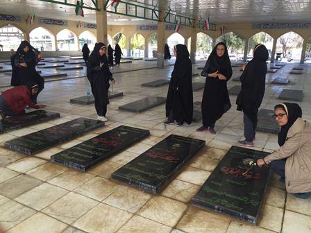 غبار روبی گلزار شهداء توسط حلقه صالحین مدرسه نیکان دانش