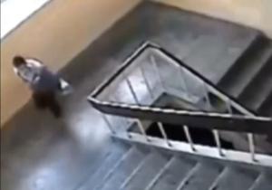لحظه وحشتناک سقوط یک دانش آموز از پله های مدرسه + فیلم