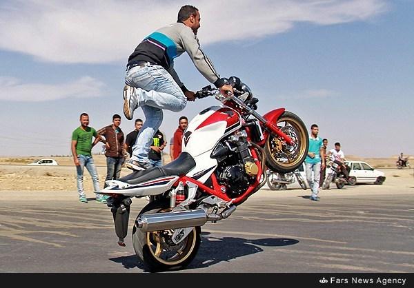 نمایش پست :حرکات نمایشی با موتور سنگین (عکس)