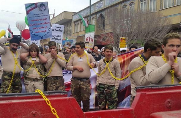 حاشیه هایی از مراسم ۲۲ بهمن؛نمایش نقش زن آمریکایی درراهپیمایی قم/توهین به دولت و آیتاالله هاشمی