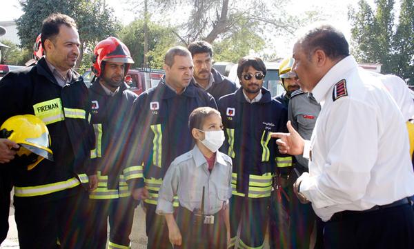 کودک 12 ساله فرمانده آتشنشانان شد (+عکس)