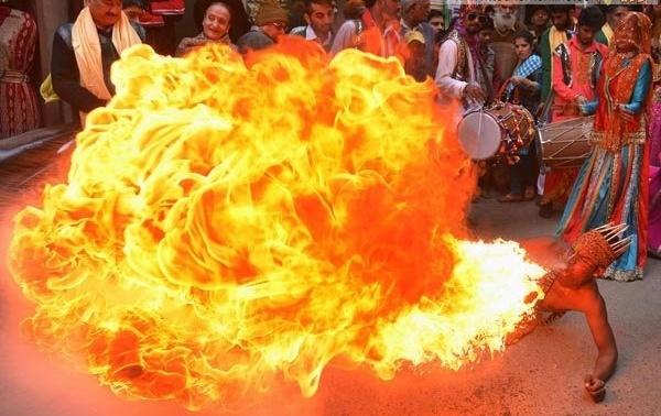 نفس آتشین این مرد هندی+عکس