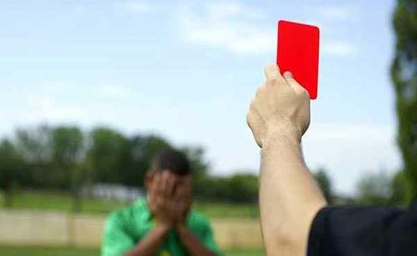 نشان دادن کارت قرمز به داور از سوی بازیکن + عکس