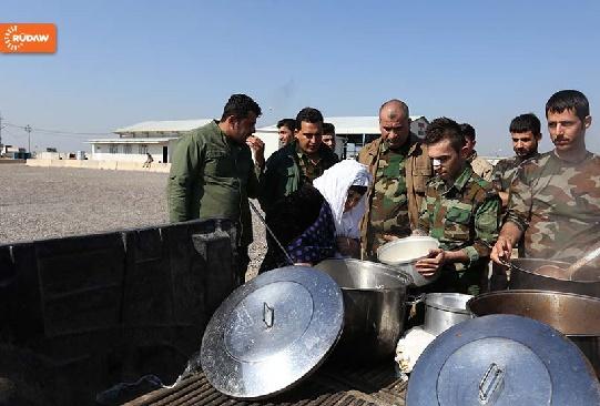 پیرزن عراقی اینگونه با داعش نبرد میکند+عکس