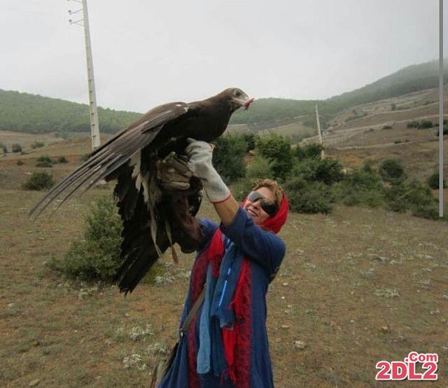 خانم بازیگر عقاب طلایی را در دستش گرفته است + عکس