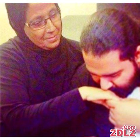 وقتی رضا صادقی دست مادرش را بوسید + عکس