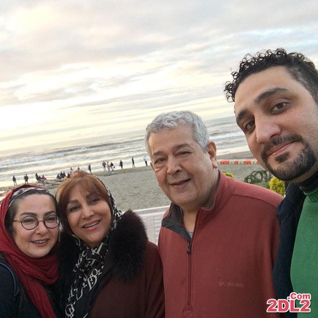 عکس لاله صبوری در کنار رضا فیاضی و همسرش در کنار دریا