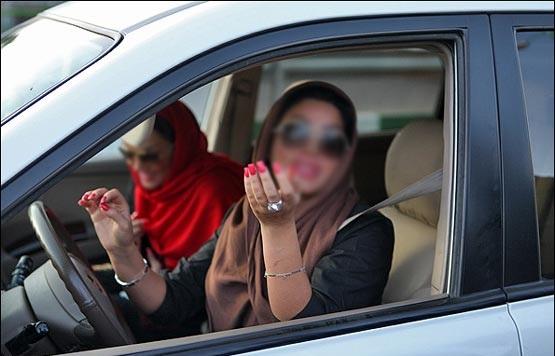 رفتار عجیب دختران در خودرو؛از انداختن روسری تا کشیدن سیگار+تصاویر