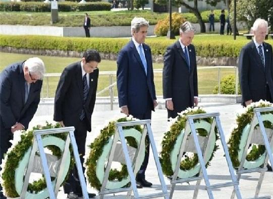 تصاویری از ادای احترام جان کری به کشتهشدگان هیروشیما