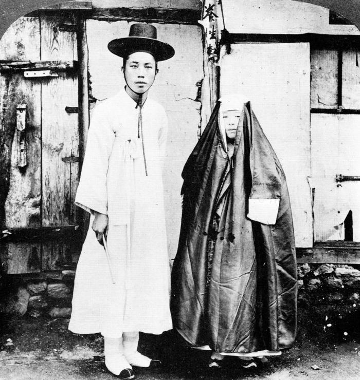 تصویری جالب از زن و شوهر جوان کره ای با لباسهای معمول روزانه خود. سئول ، 1904