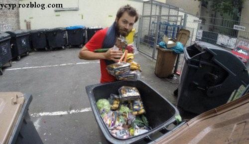 تصاویری از مردی که زباله ها را می خورد