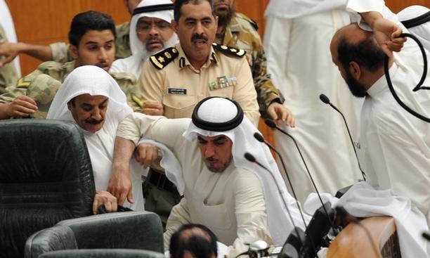 وقتی نمایندگان مجلس به جان هم میافتند!