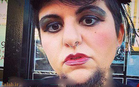 زنی که ریش های بلندش را آرایش می کند