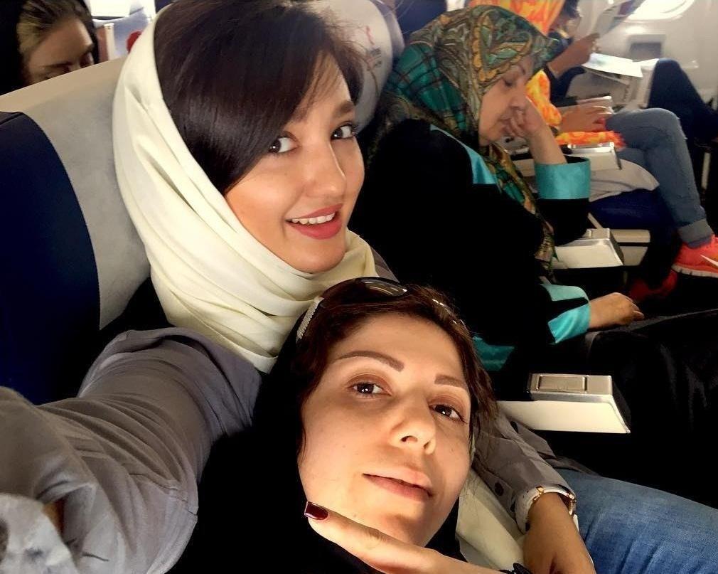 نازلی رجب پور در کنار خواهر و مادرش