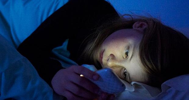 خیره شدن به تلفن همراه در تخت خواب میتواند باعث نابینایی موقت شود