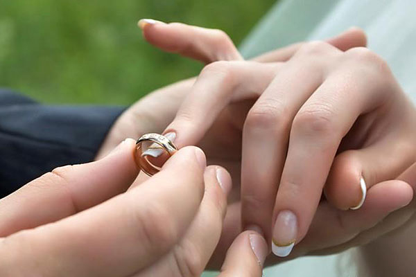 ازدواج دختر با پسر کوچکتر از خود