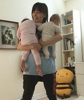 عکس عضو سابق واندگرزSunny به همراه دو دخترش   او در سال 2013 ازدواج کرد و حالا مادر دو دختره