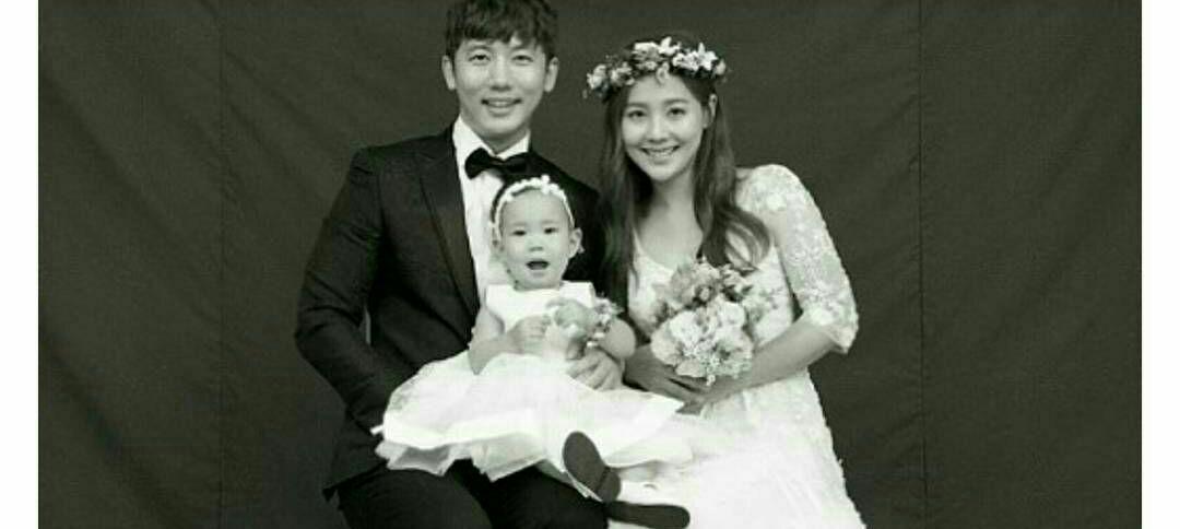 عکسی که بازیگر کی ته یانگ به مناسب پنجمین سالگرد ازدواجش همراه با همسرش Eugene و دخترش Rohee منتشر کرده