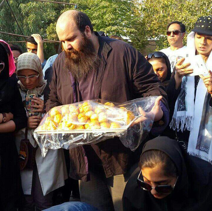 سرمزار مرتضی پاشایی در روز تولدش