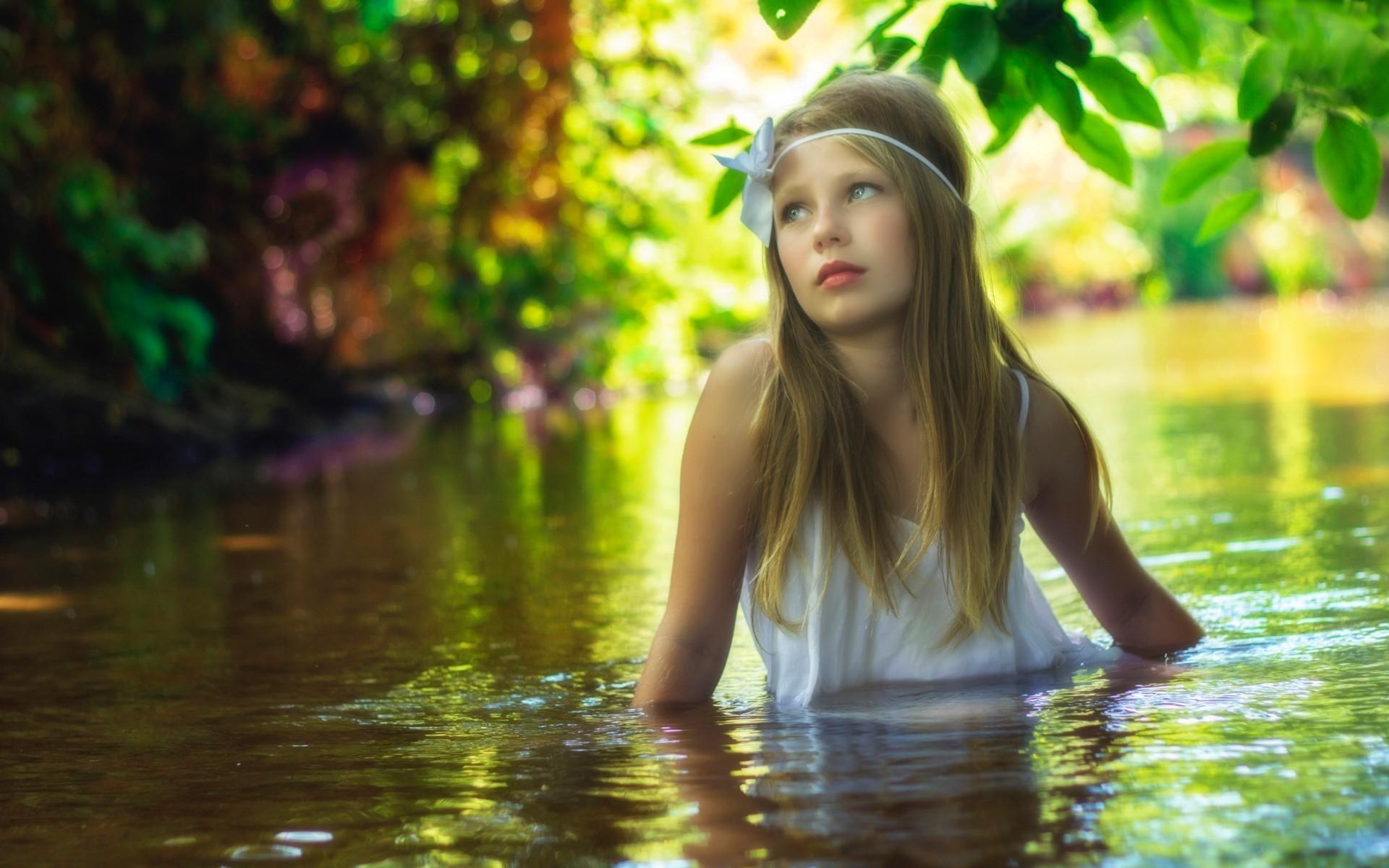 دختر در آب رودخانه