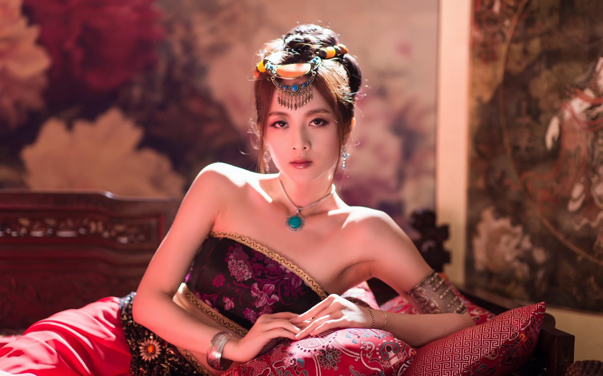 دختر آسیایی با گردنبند فیروزه ای