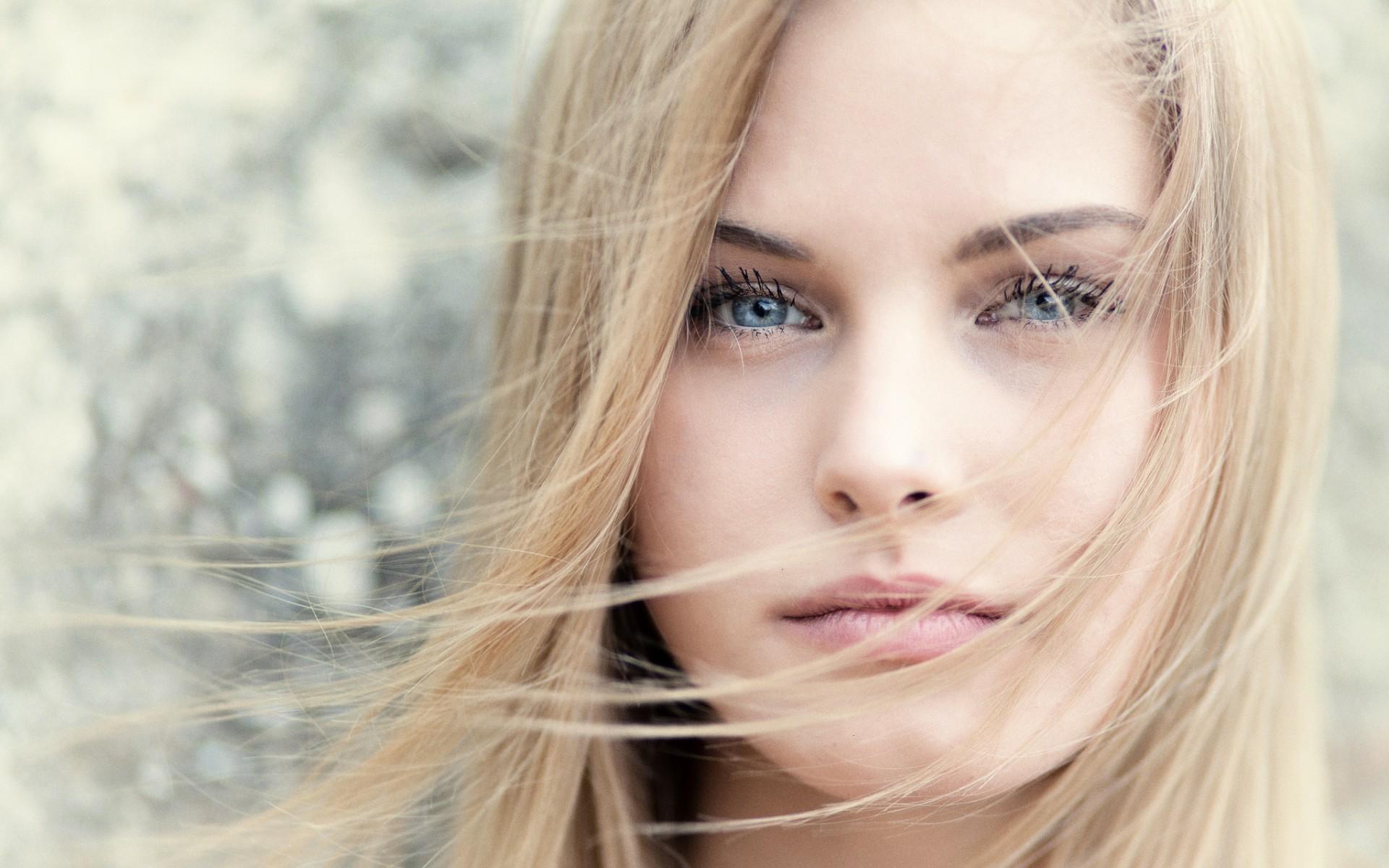 دختر با صورت و موی بلوند و چشم رنگی