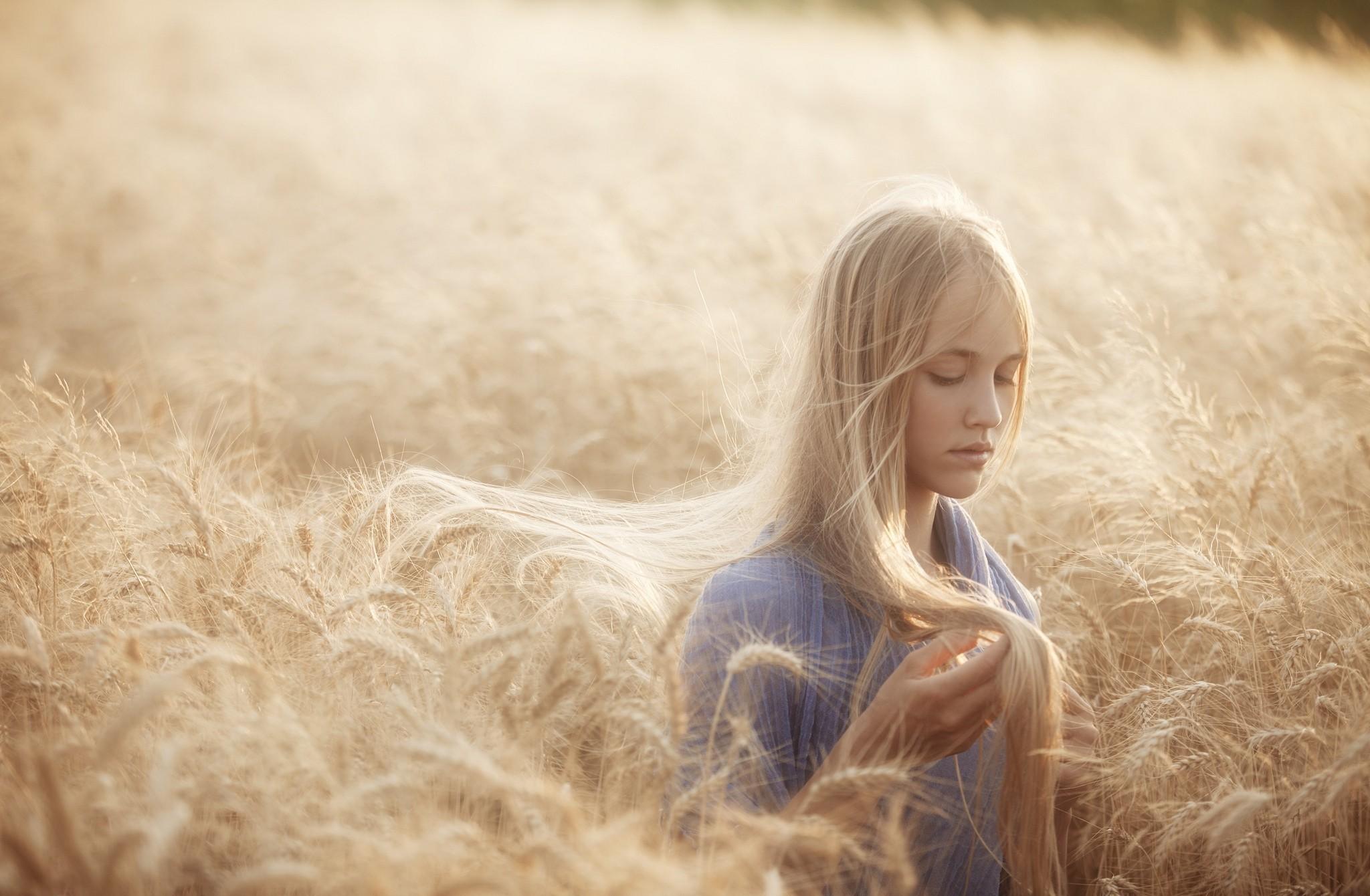 دختر بلوند در مزرعه گندم