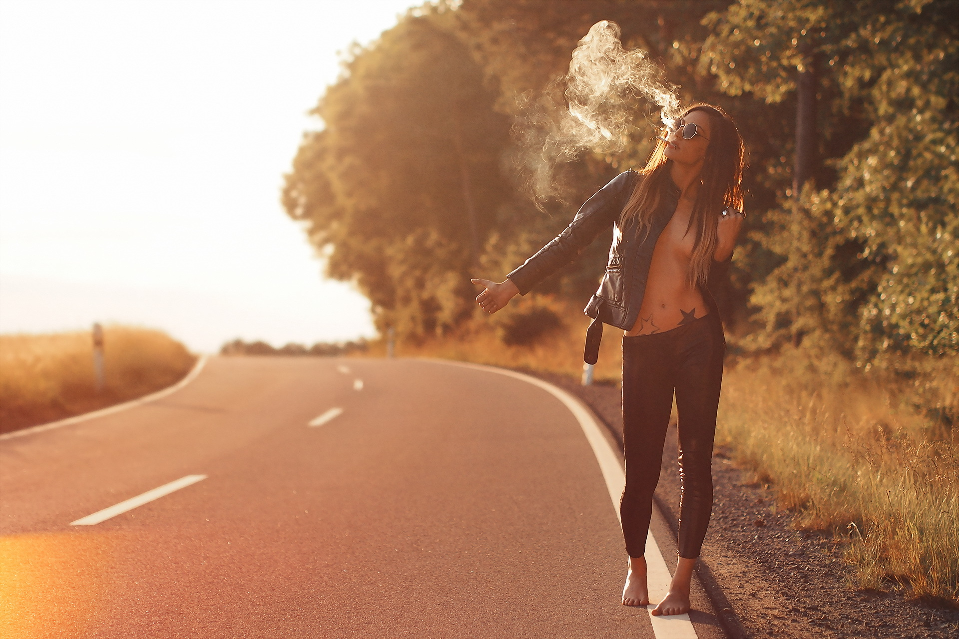 دختر سیگاری سر جاده - دختر و جاده و دود سیگار