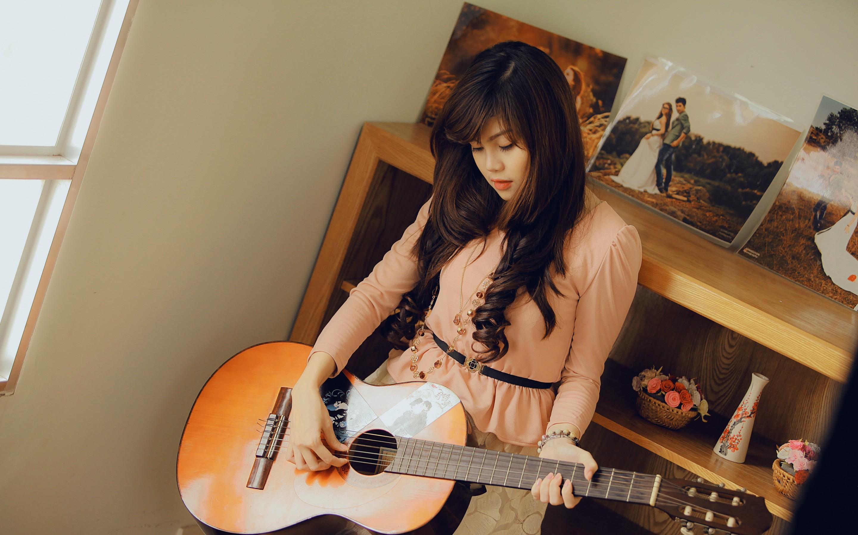 دختر آسیایی با گیتار در اتاق - دختر و موسیقی