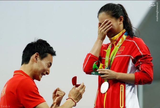 عکسی از خواستگاری از قهرمان المپیک روی سکو مدال