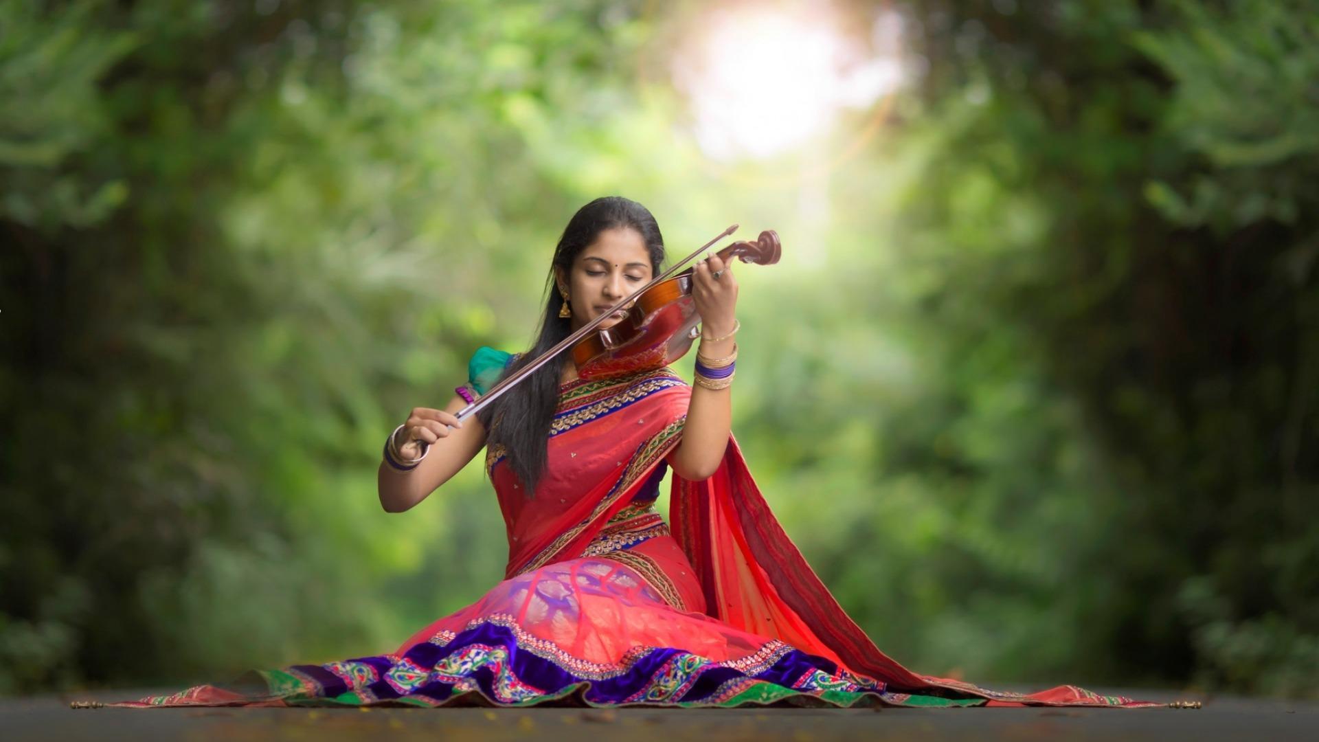 عکس دختر هندی در حال نواختن ویولن