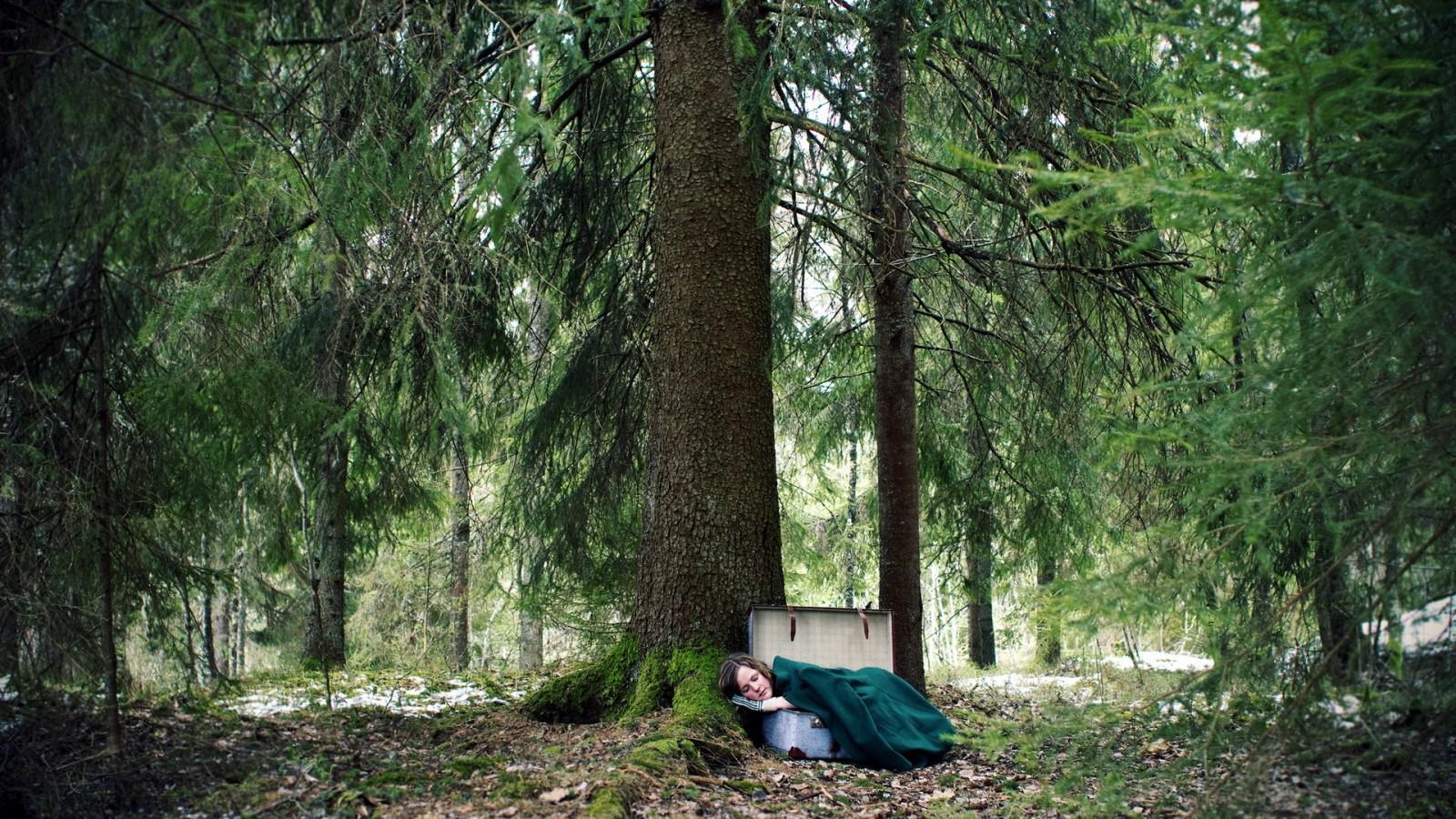 والپیپر دختر تنها با چمدان در جنگل