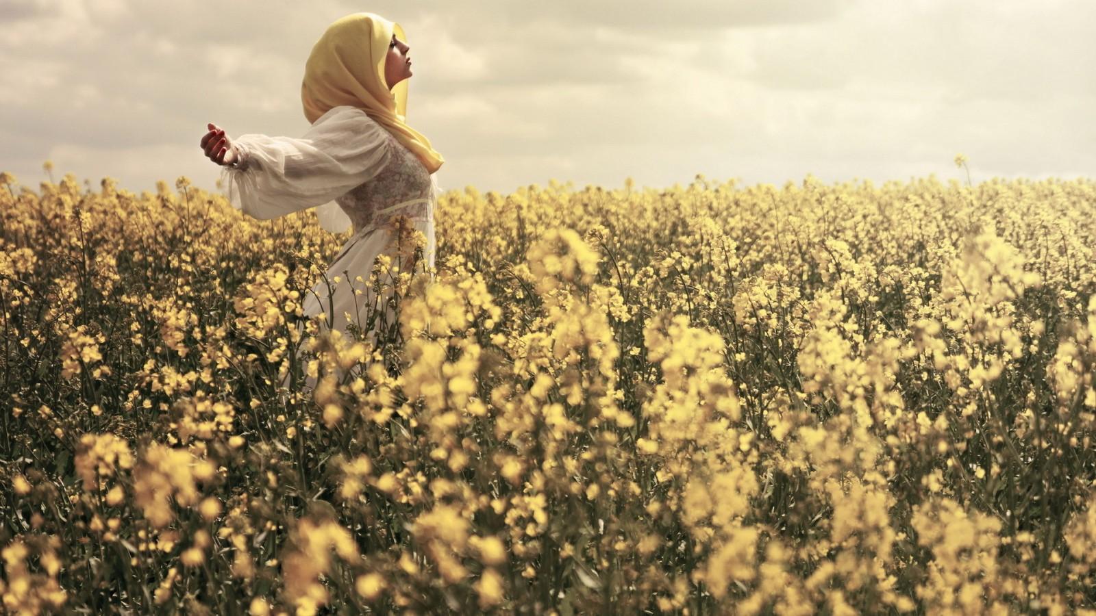 والپیپر دختر در گلزار - گل و روسری زرد