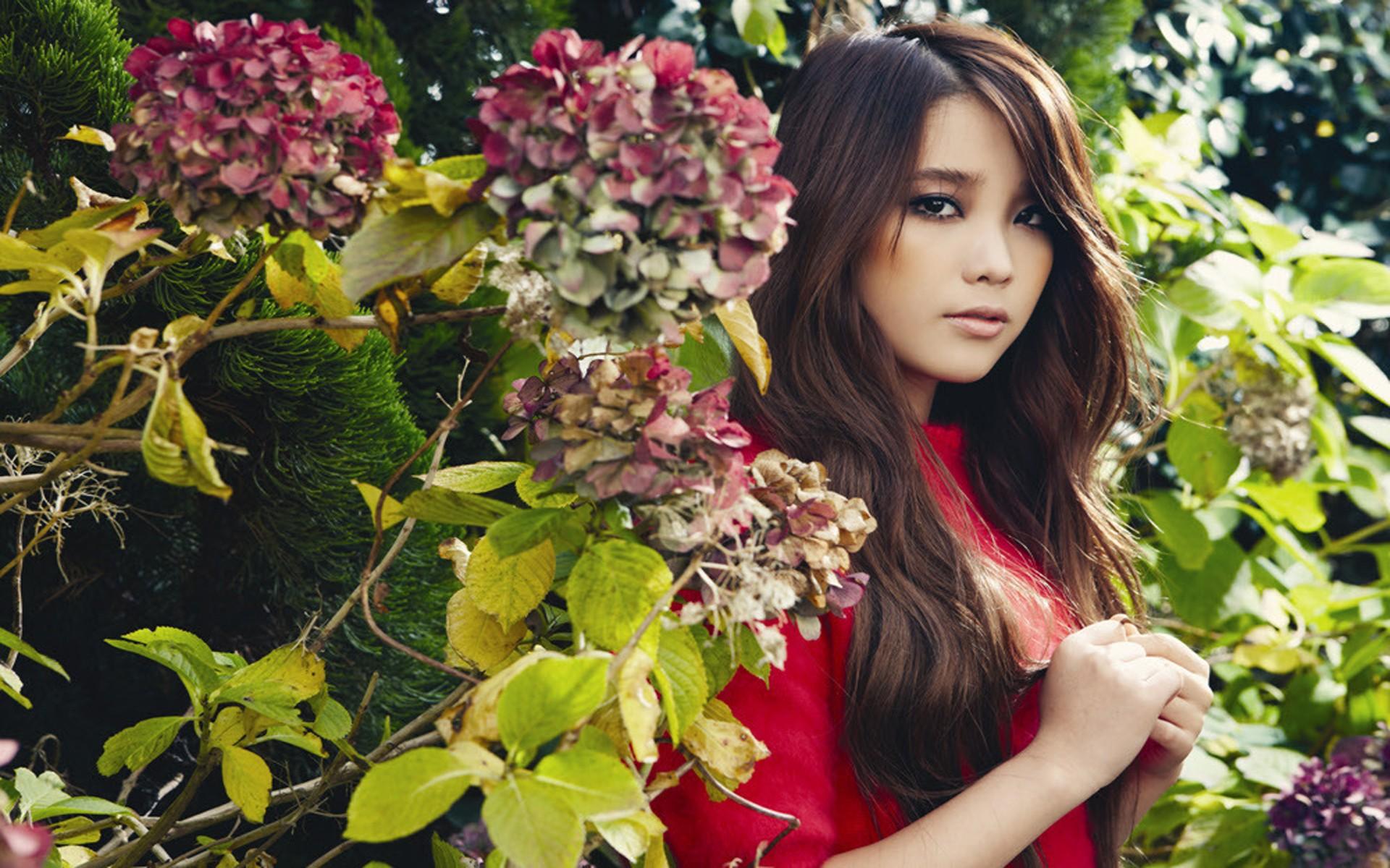 والپیپر دختر آسیایی در طبیعت با لباس قرمز