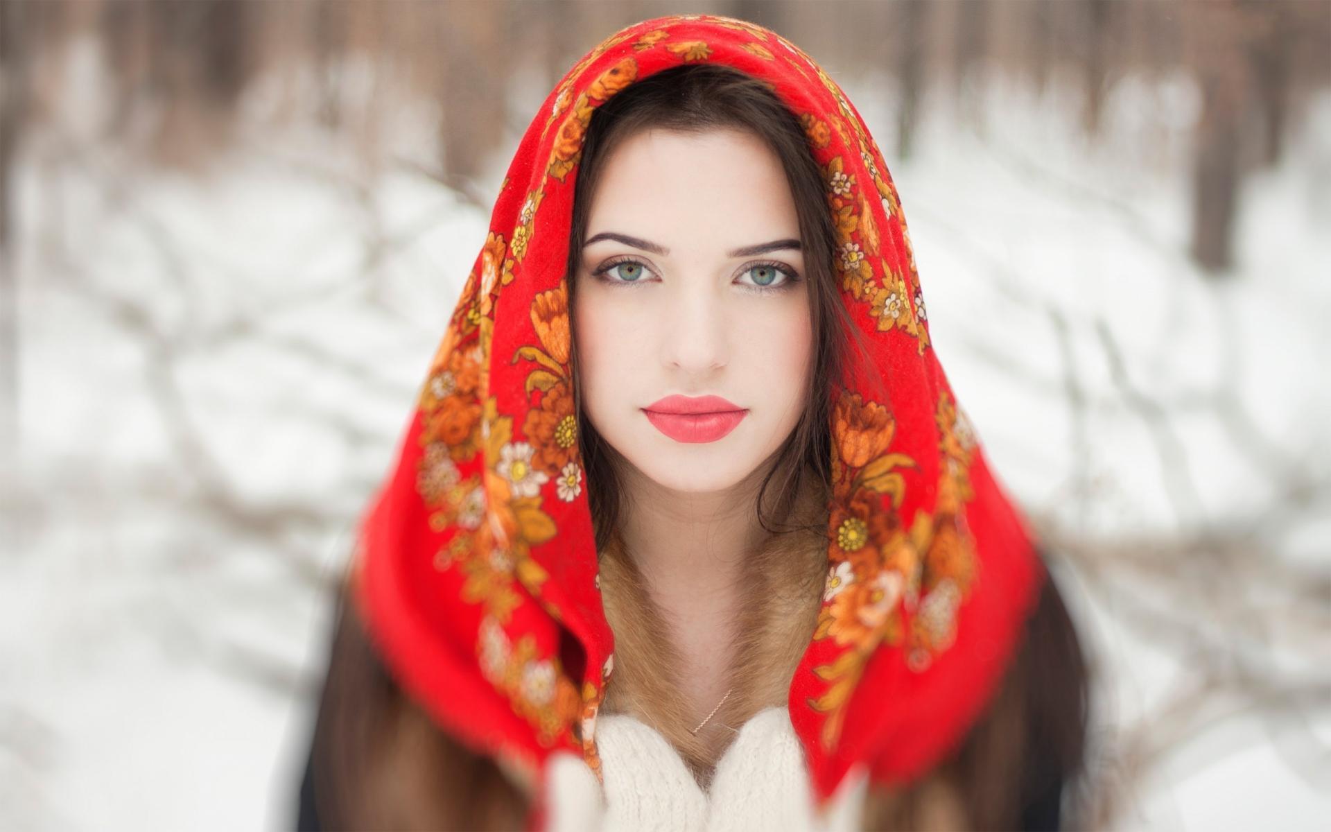 والپیپر دختر با چشم سبز و روسری قرمز