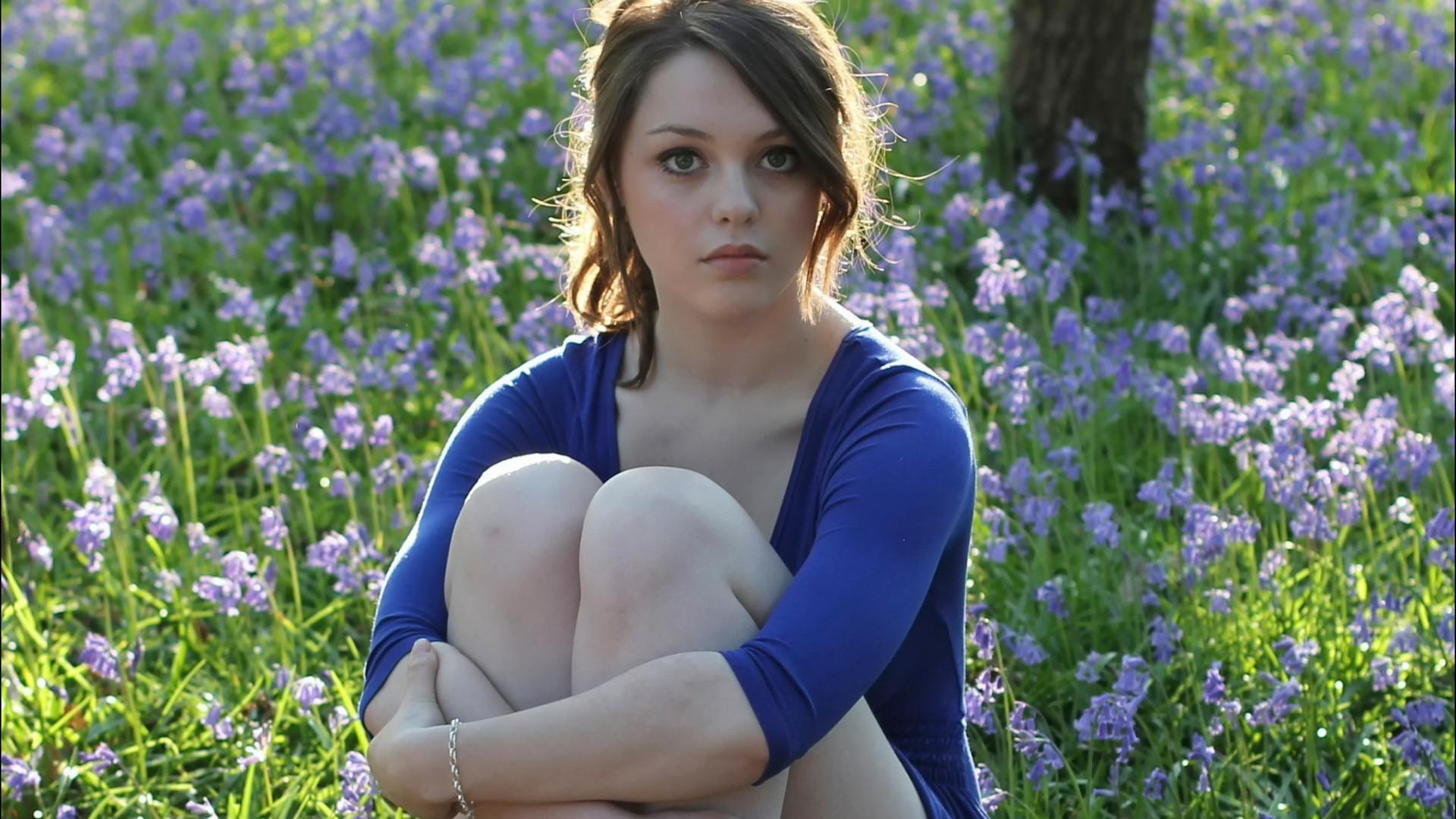 والپیپر دختر خوشگل در میان گل های بنفش - ایموگن دایر - Imogen Dyer