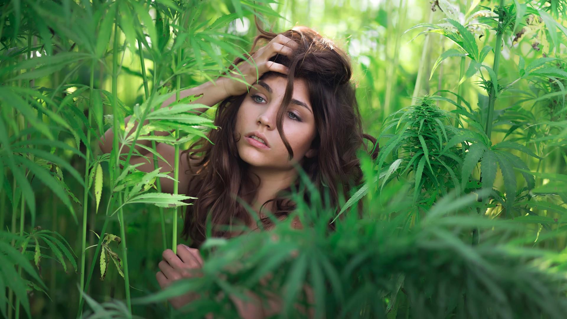 والپیپر دختر قشنگ در میان گیاهان سبز