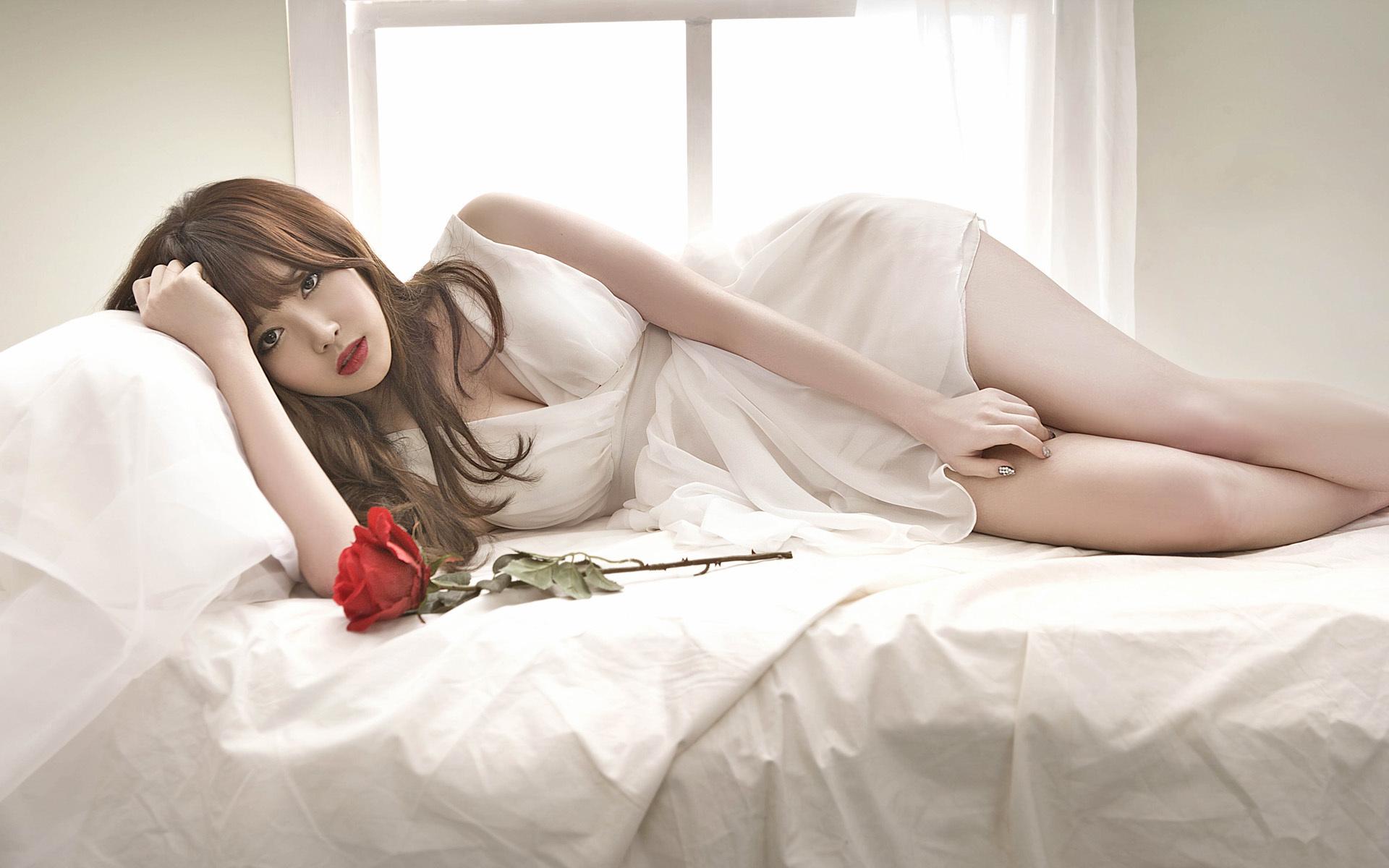 عکس دختر کره ای خوشگل با لباس خواب سفید