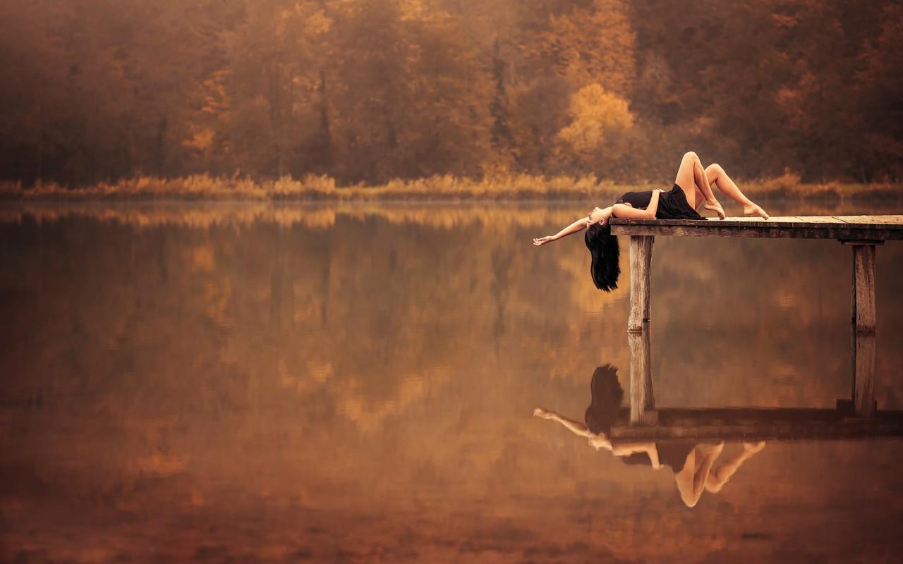 والپیپر دختری کنار رودخانه در فصل پاییز
