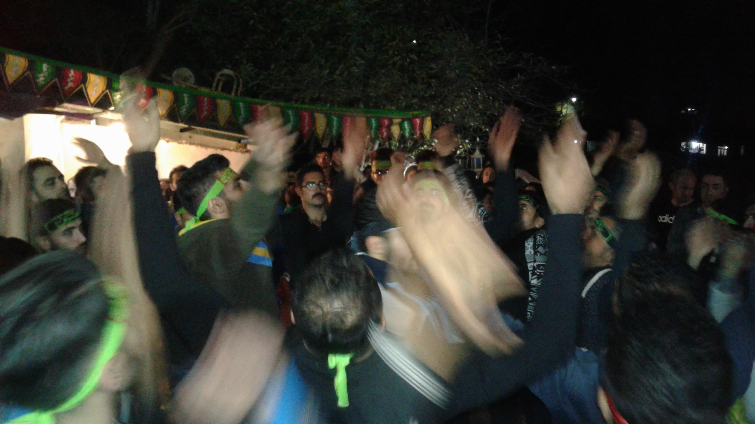 هیت عذاداران حضرت باب الحواعج (ع)روستای بلبل کو در شب عاشورای حسینی در غالب دسته ی عذاداری به روستای