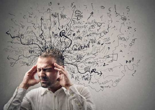طبق گفتههای بعضی از متخصصان، تغذیه نادرست نیز در ابتلا به اضطراب نقش دارد. کمبود بعضی از اسید آمینه، منیزیم، اسید فولیک و ویتامین ب۱۲، باعث تسریع در ابتلا به آن میشوند. استفاده از مواد مخدر و داروهای روانگردان