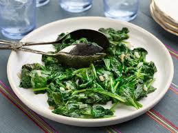 یک پیمانه اسفناج حدود ۲۰ درصد فیبر دارد که مانع یبوست است و به هضم غذا کمک میکند. فیبر موجود در این سبزی، قند خون را پایین نگه داشته و با ایجاد حس سیری میتواند مانع از پرخوری شود