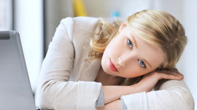 احتمالاً در اثر تركيب عوامل ژنتيكي، نحوه بزرگ شدن و تربيت، و نيز عوامل رواني (مثل از دست دادن شغل يا طلاق) به وجود ميآيد.    عوامل تشديد كننده بيماري سابقه خانوادگي افسردگي