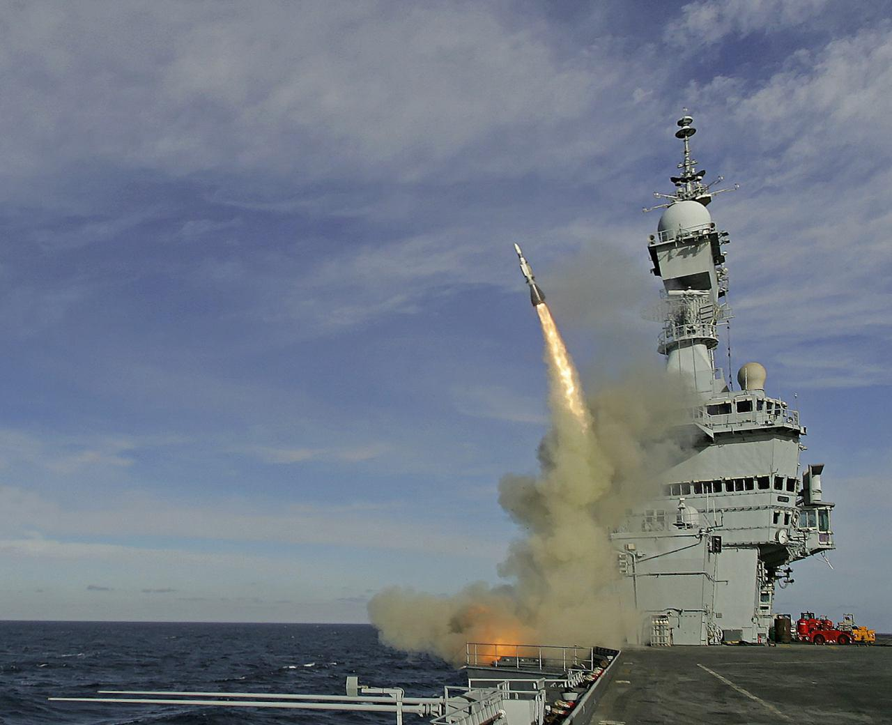 شلیک موشک پدافندی آستر 15 از ناوهواپیمابر