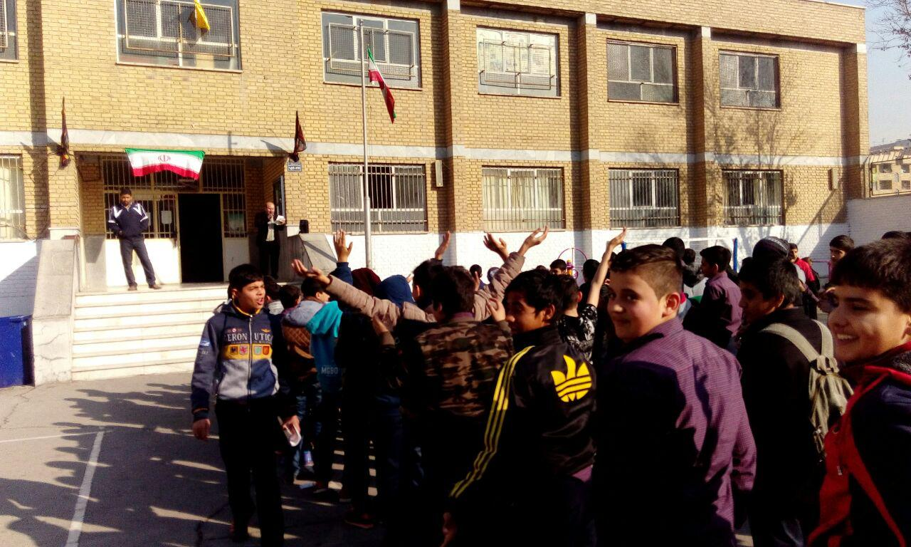 جشن میلاد پیامبر اعظم با همکاری پایگاه مقاومت بسیج شهدای محراب در دبیرستان شهدای صنف گردبافان برگز