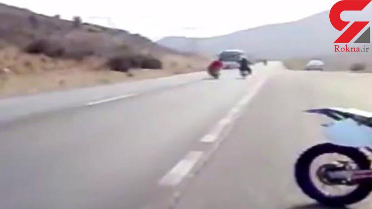 فیلم لحظه وحشتناک موتور سوار که زیر اتوبوس رفت